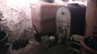 La cantina con il vino prodotto dai monaci: non di solo pane vive il Monaco !